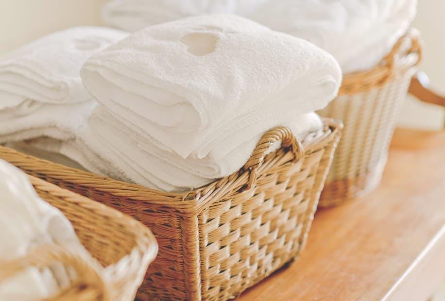 Serviettes de bain pliées dans un panier
